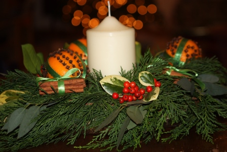Finished candle table arrangement made of clove & orange pomander with cinnamon.
