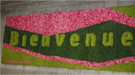 Bienvenue  Welcome to Paris!  (all in flowers and greenery)