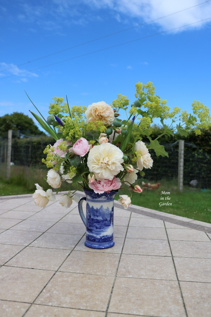 Flower arrangement with lady's mantle